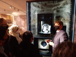 Członkowie delegacji Ambasady Malezji z Panią ambasador Chitrę Devi Ramiah zwiedzają wystawy w naszym muzeum