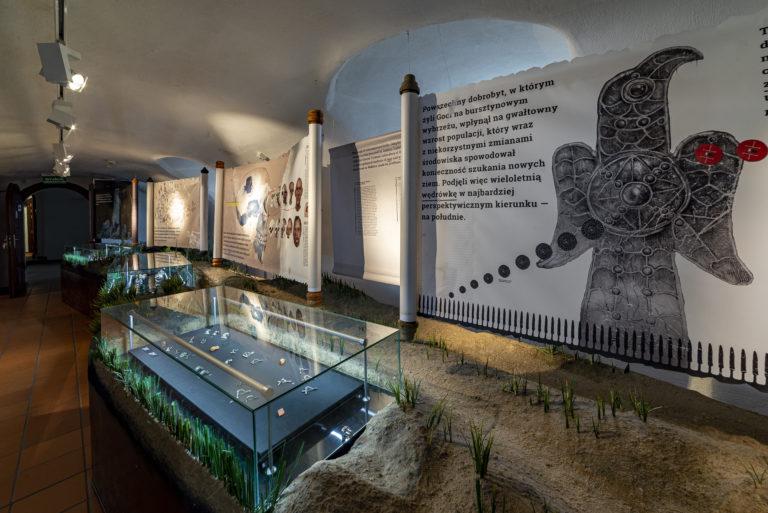 """Ponowne otwarcie Muzeum zaplanowano na 4. maja. Placówka będzie czynna dla zwiedzających w godzinach od 10.00 do 16.00, a bilety wstępu sprzedawane będą do godziny 15.30. Czas zwiedzania został skrócony ze względu na konieczność przeprowadzania dezynfekcji powierzchni ogólnodostępnych. W Muzeum obowiązywać będą ograniczenia ilości osób przebywających jednocześnie w każdym z budynków i na dziedzińcu. Goście powinni także pamiętać o zachowaniu bezpiecznego dystansu od innych osób (zasada ta nie dotyczy członków rodzin lub osób wspólnie zamieszkujących oraz opiekunów osób niepełnosprawnych). W celu kontrolowania przepływu osób czasowo zostanie zamknięte wejście do budynku Muzeum od strony rzeki Elbląg. Z bulwaru będzie można dostać się na teren dziedzińca korzystając z furtki. Planując wycieczkę do Muzeum należy zaopatrzyć się w maseczkę ochronną i korzystać z niej w trakcie całego pobytu w instytucji osłaniając nos i usta. Zwiedzających obowiązuje także dezynfekcja rąk. Do odwołania zawieszono udostępnianie atrakcji multimedialnych: """"Historia tu i teraz"""", """"Przeszłość tuż za rogiem"""", """"Hologram"""" i """"Escape room"""". Ze względu na konieczność ograniczenia kontaktów czasowo nie będzie także możliwy udział w lekcjach muzealnych czy zwiedzanie z przewodnikiem. W okresie zagrożenia epidemicznego muzealnych gości obowiązuje regulamin dostępny w siedzibie instytucji oraz na stronie: http://www.muzeum.elblag.pl/s/50/regulamin-zwiedzania. Zasady zwiedzania będą na bieżąco aktualizowane i dostosowywane w oparciu o wytyczne rządowe. Należy pamiętać, że wprowadzone regulacje wynikają z troski o bezpieczeństwo i zdrowie gości oraz personelu instytucji. Zapraszamy do zwiedzania!"""