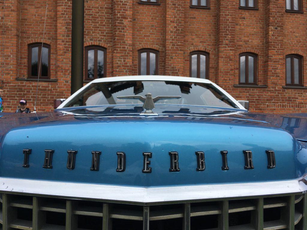 Klasyczne auto na dziedzińcu muzeum